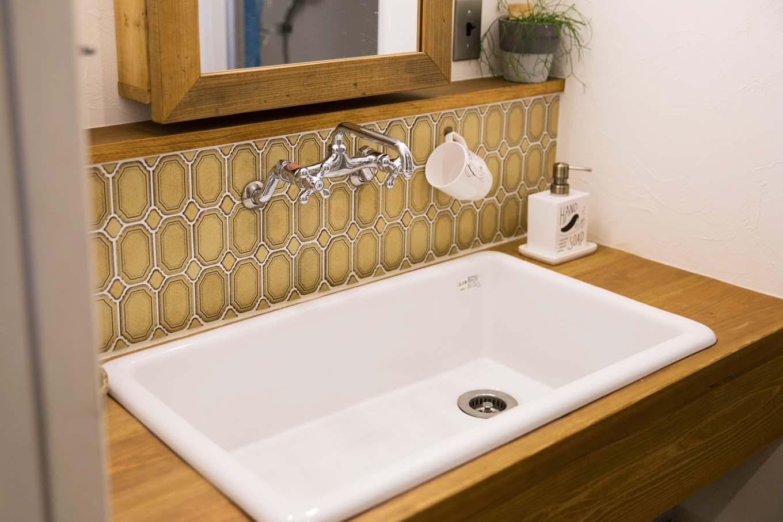 CLASSICA HOME/クラシカホーム|洗面室もナチュラルな雰囲気。ヴィンテージ感のあるタイル張りが印象的
