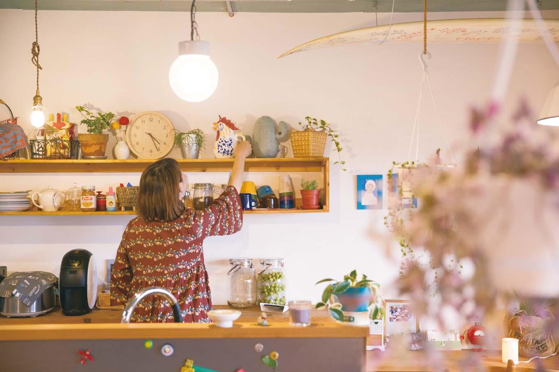 CLASSICA HOME/クラシカホーム|キッチンの背面に設けた造作の棚は奥様のお気に入り。集めたグッズや食器が並ぶ