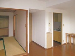 独立したキッチンは狭く暗く密閉感があり、和室は現在の生活スタイルとは合わなくなっていた。