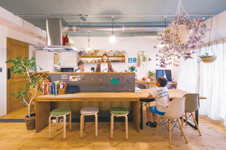 CLASSICA HOME/クラシカホーム|アイランド式のキッチン周りには、すべて造作のカウンターテーブル、ダイニングテーブル、収納棚を設置。子どもたちには自慢の自室ができたが、自然とここに集まり、宿題や家族団らんの時を過ごす