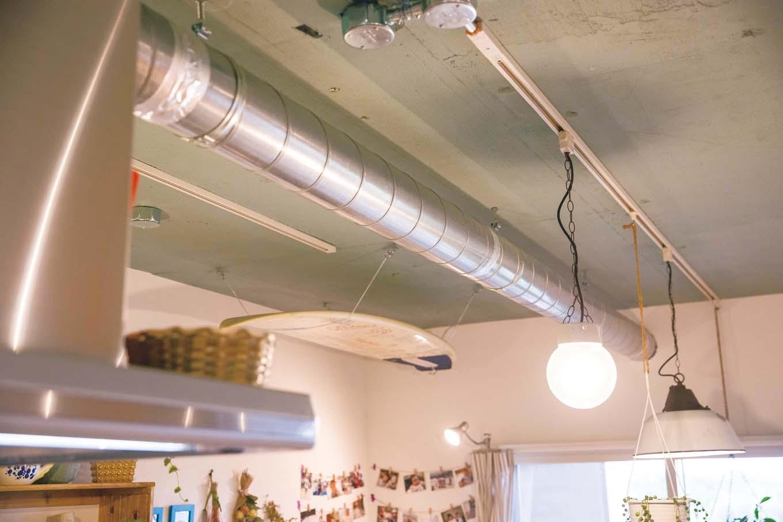 CLASSICA HOME/クラシカホーム|LDKの天井は敢えてコンクリートや配管ダクトをむき出しにして、DIYでグリーンに塗った