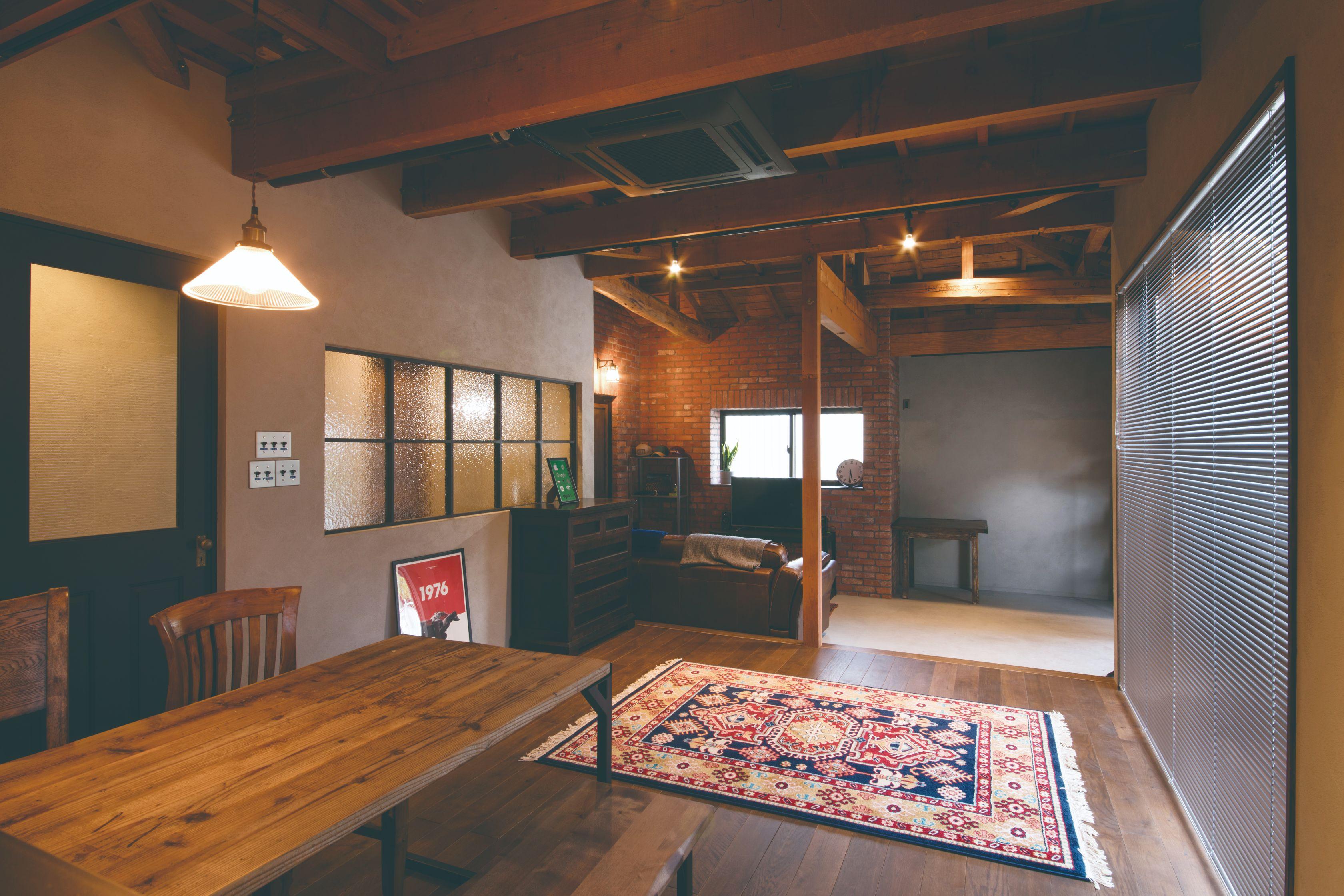 ご主人の想いをカタチにした倉庫のような住まい。梁は既存、床にオーク材を張ってレトロモダンな雰囲気に