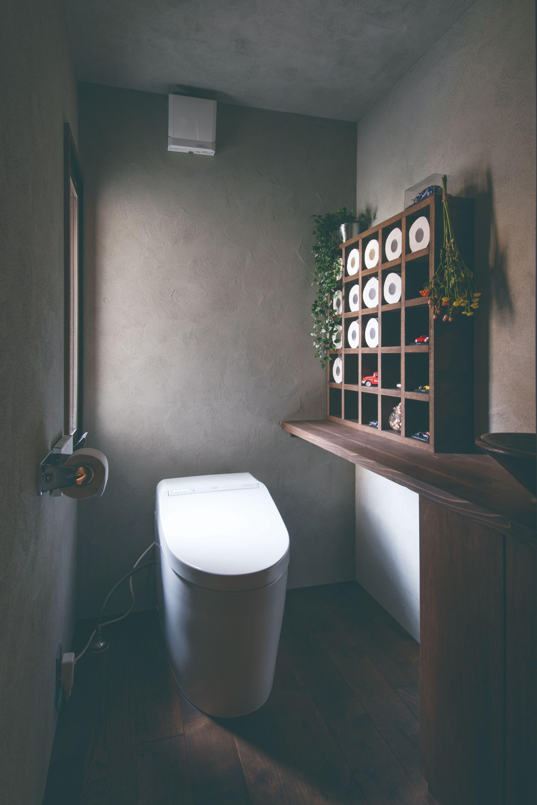 インダストリアルな質感がたまらないトイレに、やわらかな光が射し込む