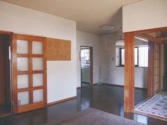 昔ながらの田の字型に仕切られていた室内。2階はほとんど手を入れず、そのまま使用している。