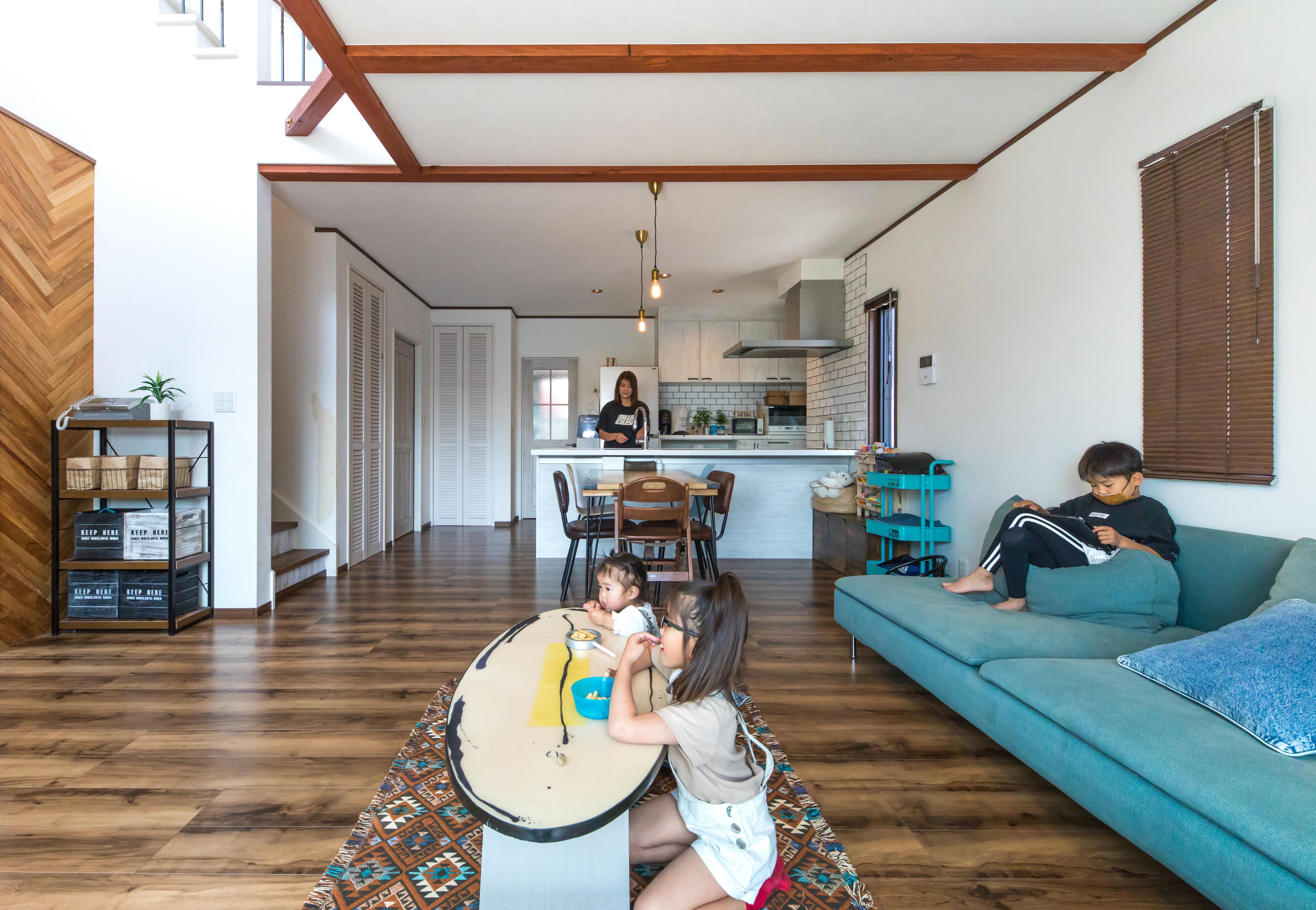 東海ハウス【1000万円台、屋上バルコニー、間取り】白と木目を基調にブルーのインテリアが差し色。天井には木目梁をあしらった。柱のない大空間はテクノストラクチャー工法だからこそ