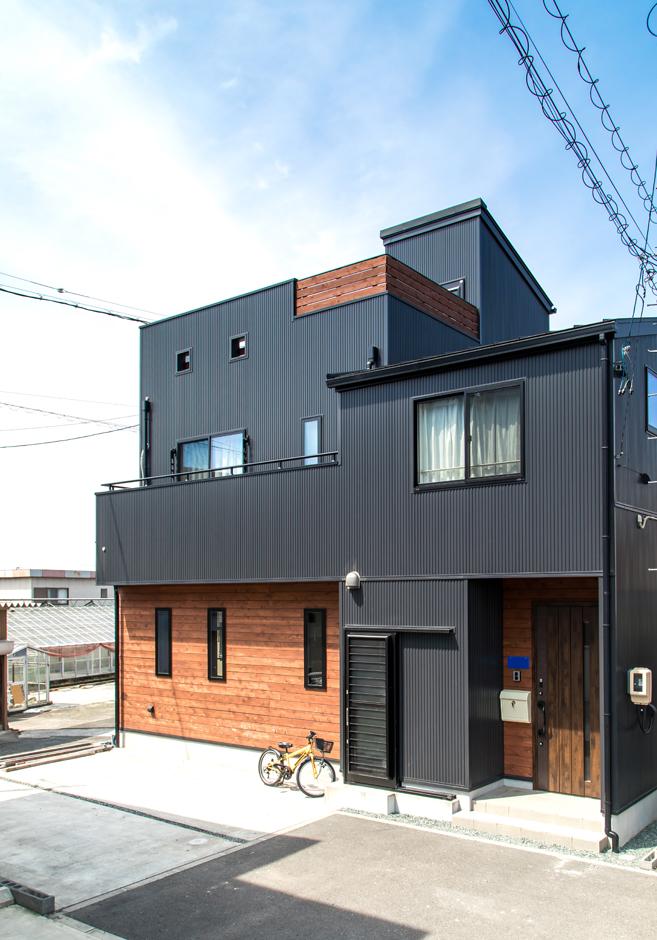 東海ハウス【1000万円台、屋上バルコニー、間取り】黒ガルバリウムの外壁はご主人の希望。レッドシダーの板壁を組み合わせてスタイリッシュに仕上げた