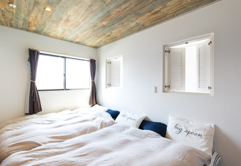 東海ハウス【1000万円台、屋上バルコニー、間取り】吹き抜けを見下ろせるルーバー窓は『東海ハウス』からの提案。天井は木目調でシックに