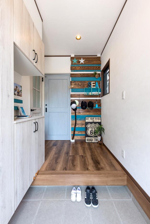 東海ハウス【1000万円台、屋上バルコニー、間取り】玄関も白×木で統一。正面のウォールボードは家族の手作り