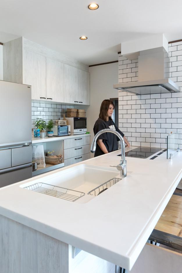 東海ハウス【1000万円台、屋上バルコニー、間取り】オープンカウンターのキッチンは白タイルが清潔感と爽やかさを演出