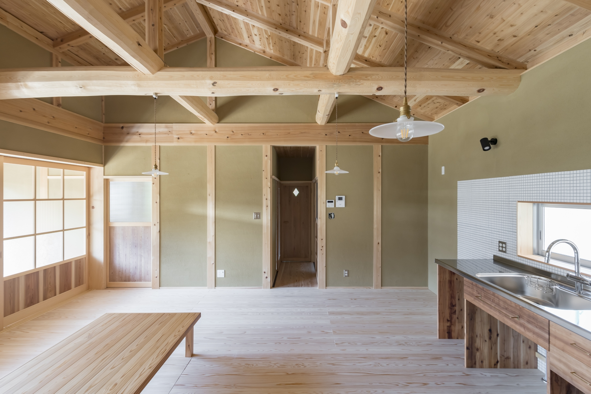 WOODLIFE style 丸守木材【子育て、自然素材、平屋】廊下の奥は、お風呂やトイレ、家族みんなのウォークインクローゼット。生活しやすさを考えられた導線で、お風呂から着替えまでがスムーズに。廊下の隣は主寝室。こちらもこだわりの建具