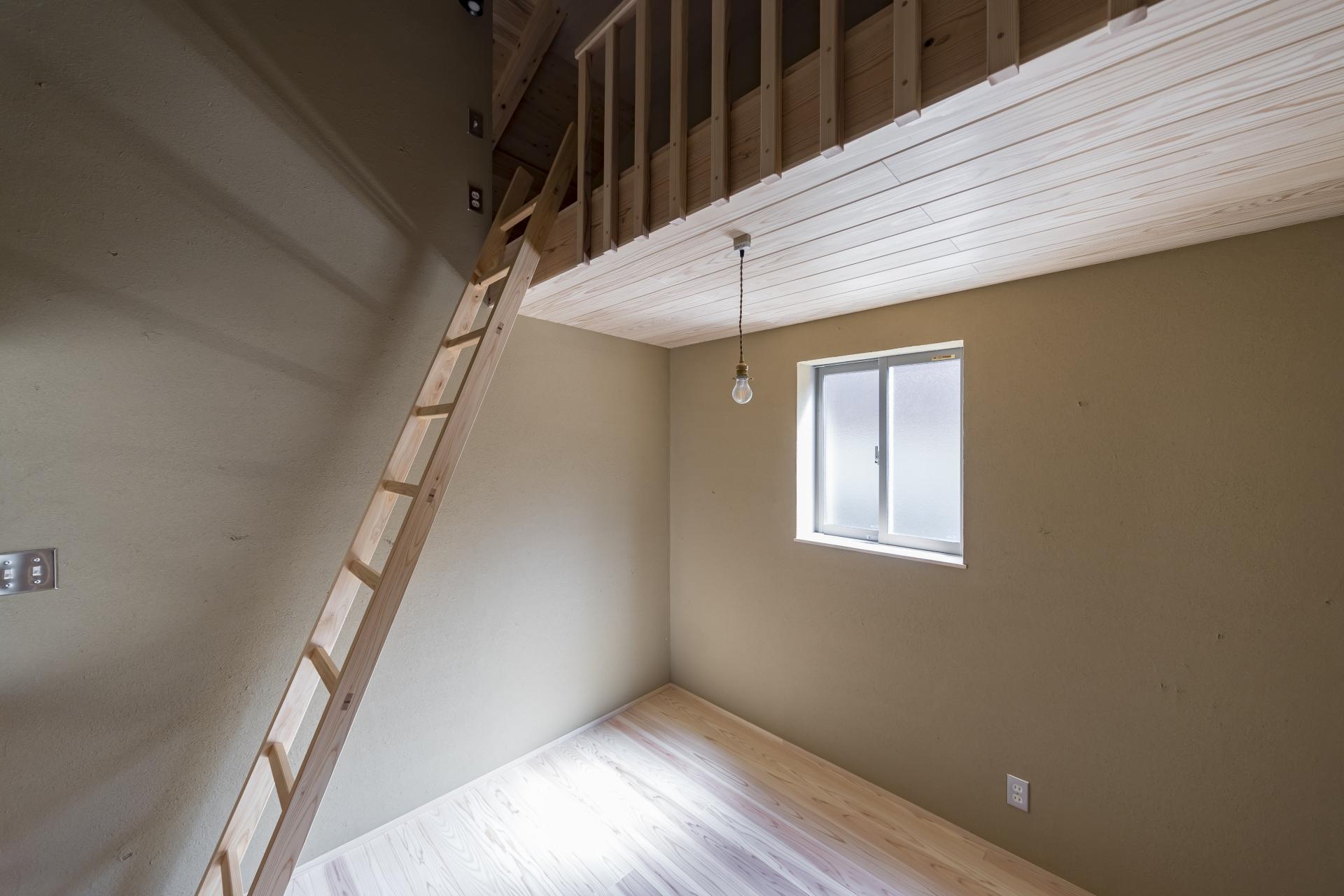 WOODLIFE style 丸守木材【子育て、自然素材、平屋】コンパクトな子供部屋にはロフトを設けた。小さいうちは秘密基地、成長したら寝室や物置にと用途を変化できるのもロフトの良いところ。茶室のようなイメージの土壁