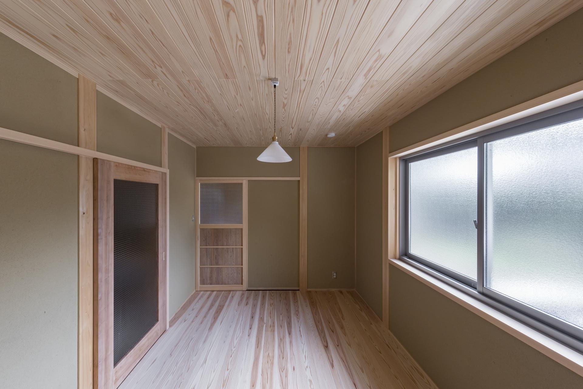 WOODLIFE style 丸守木材【子育て、自然素材、平屋】木の香りに包まれて休める寝室。窓もレトロにこだわった。建具は職人の手作り。無駄を省いてシンプルにした