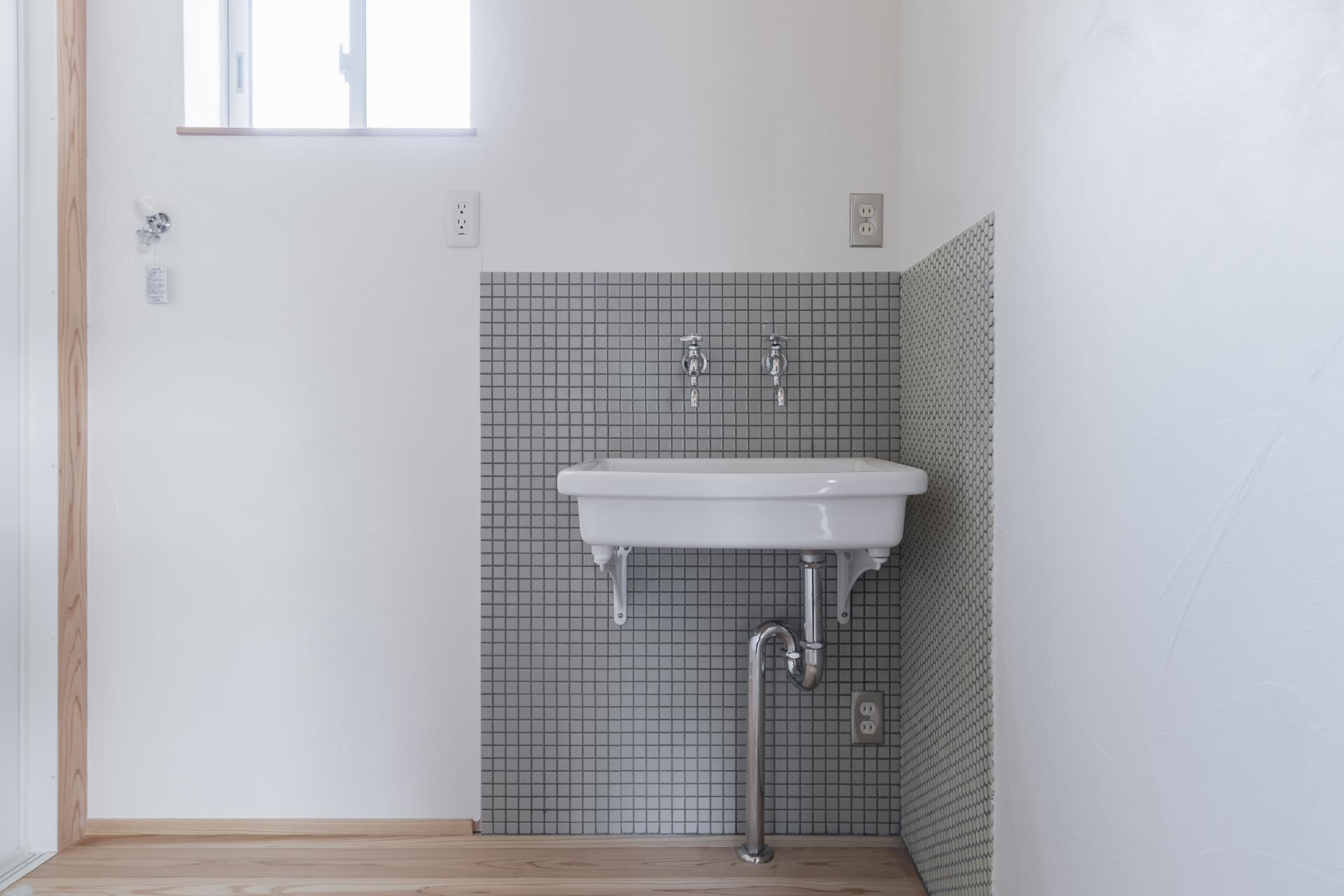WOODLIFE style 丸守木材【子育て、自然素材、平屋】懐かしさを感じる洗面所。横に洗濯機を置き、レトロな鏡を付ける。蛇口は温水、冷水の2つに分けるこだわり