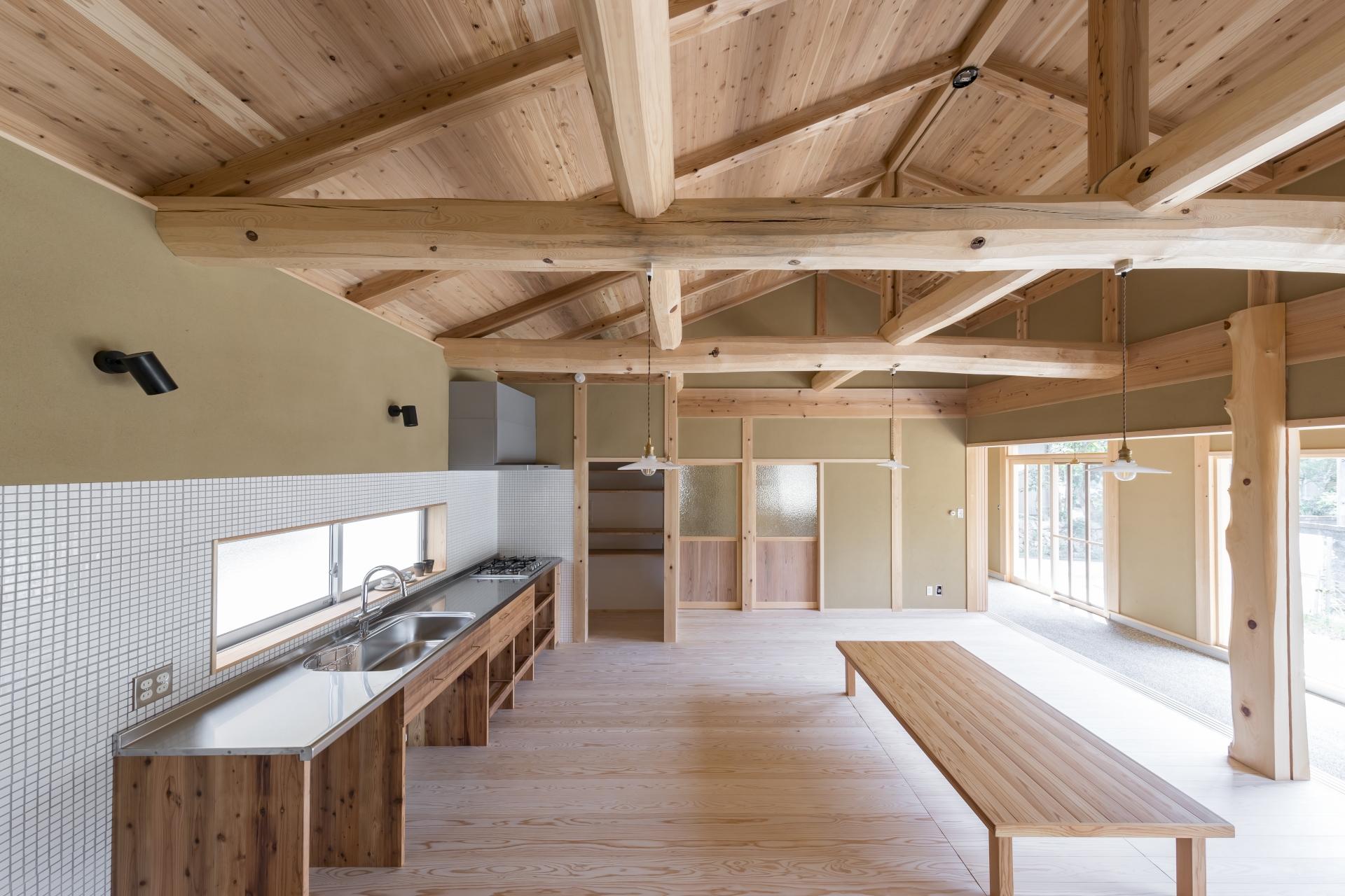 WOODLIFE style 丸守木材【子育て、自然素材、平屋】白いタイル×シルバーがレトロ感を演出するキッチンコーナー。キッチンの窓を開ければ、外の自然を感じながら家事ができる。コンロ周りもシンプルにまとめた