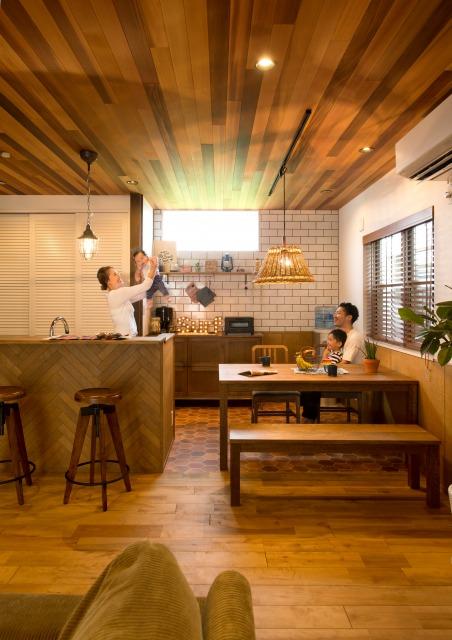 MinerBaseStudio/ミネルベーススタジオ【デザイン住宅、輸入住宅、趣味】ダイニングキッチンは『MinerBase』らしいウエスタンレッドシダーの天井が美しい。見学会で「絶対にうちもやりたい」と感動したそう