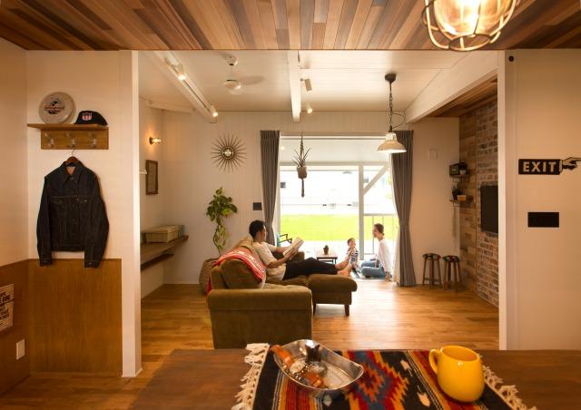 MinerBaseStudio/ミネルベーススタジオ【デザイン住宅、輸入住宅、趣味】キッチンからダイニング、リビング、ウッドデッキと眺める景色は奥様のお気に入り