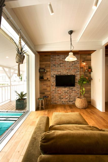MinerBaseStudio/ミネルベーススタジオ【デザイン住宅、輸入住宅、趣味】リビングはダイニングと比べ一段天井が高くなっており、開放感を演出した