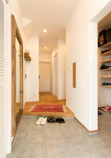 MinerBaseStudio/ミネルベーススタジオ【デザイン住宅、輸入住宅、趣味】玄関は白を基調とし、シューズクロークも隠すことでシンプルな空間に