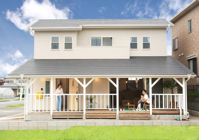 MinerBaseStudio/ミネルベーススタジオ【デザイン住宅、輸入住宅、趣味】比較的新しい家が多い街並みの中でも、一際目を引くアーリーアメリカンな外観