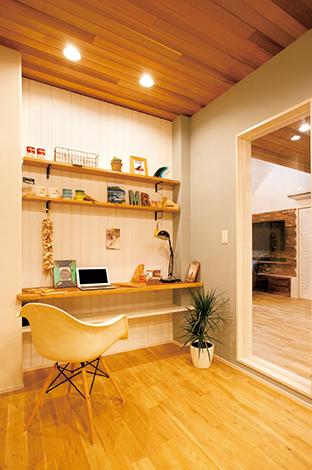 MinerBaseStudio/ミネルベーススタジオ【デザイン住宅、趣味、インテリア】リビングとキッチンを繋ぐ場所にあるライブラリースペース。カウンターには、ご主人の実家の倉庫に眠っていた板を製材し直し使用した。このスペースには特に海やサーフィンをイメージさせる雑貨が数多く並ぶ