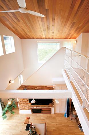 MinerBaseStudio/ミネルベーススタジオ【デザイン住宅、趣味、インテリア】2階では、大人の目線の高さに配置された窓から眺める山の風景が美しい