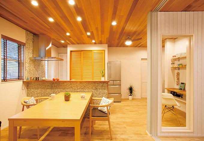 MinerBaseStudio/ミネルベーススタジオ【デザイン住宅、趣味、インテリア】奥さまのこだわりはダイニングキッチン。カウンターには小さなタイルを張り、収納も十分だ