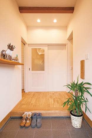 MinerBaseStudio/ミネルベーススタジオ【デザイン住宅、趣味、インテリア】玄関ホール脇には、ご主人のサーフボードやウェットスーツが楽々収納できるウォークインの収納も