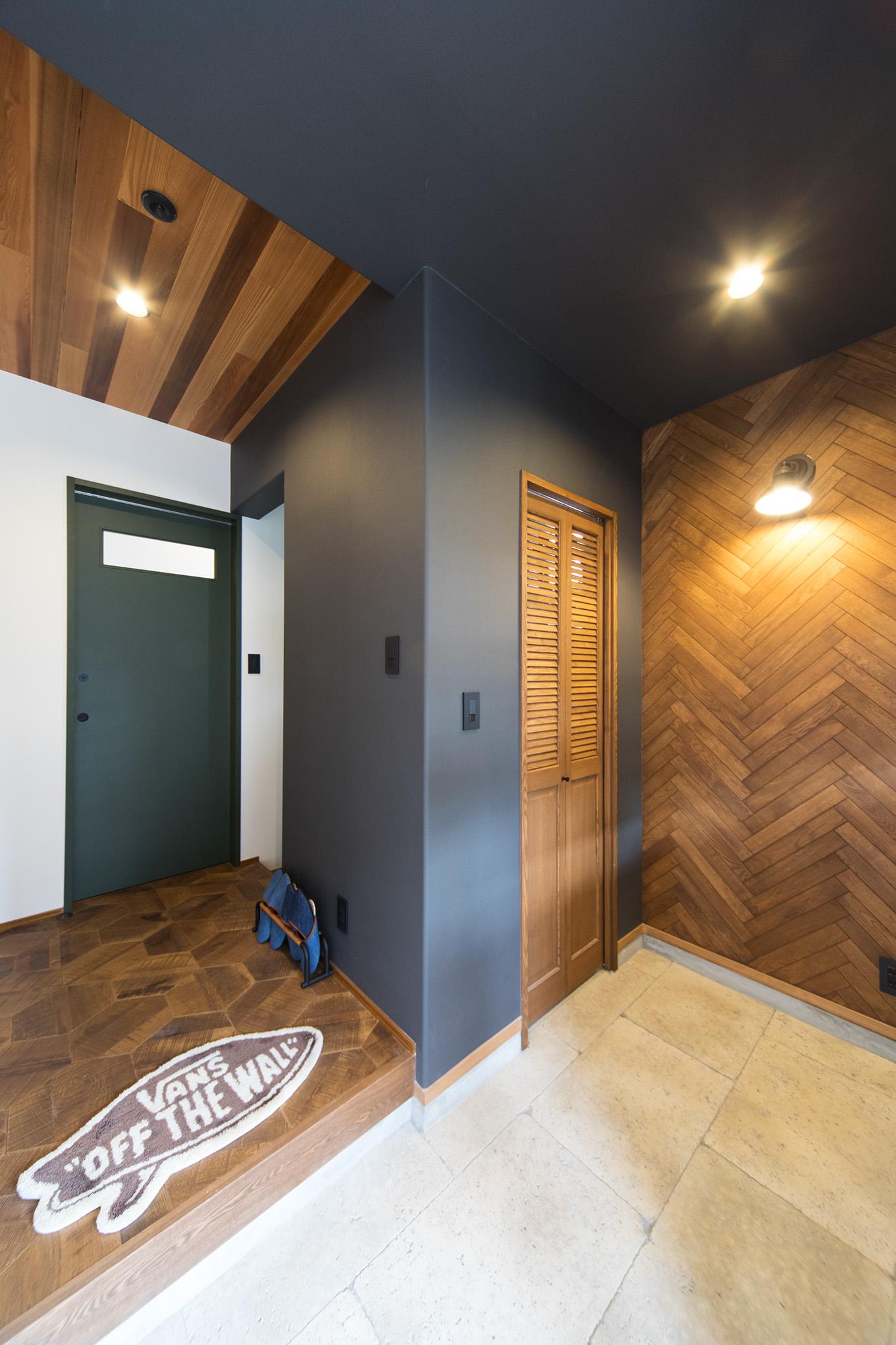 MinerBaseStudio/ミネルベーススタジオ【デザイン住宅、輸入住宅、趣味】天然石を敷き詰めた広い玄関土間。ヘリンボーン、MinerBaseオリジナルのヘキサフローリングなど様々な素材が心地よく配置されている