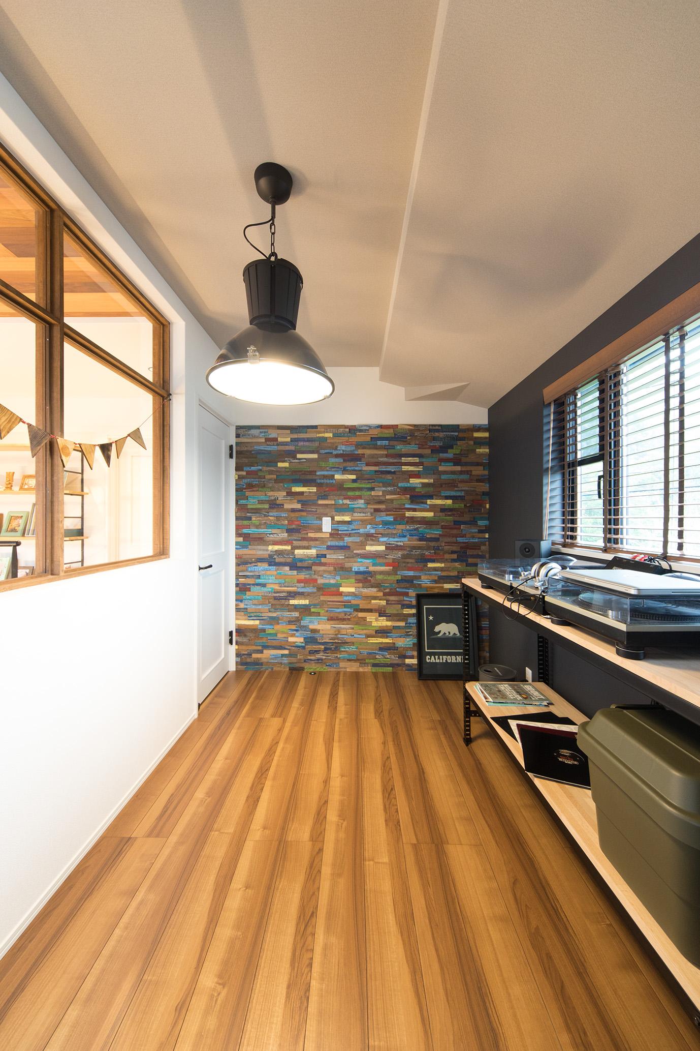 MinerBaseStudio/ミネルベーススタジオ【デザイン住宅、輸入住宅、趣味】2Fのアトリエスペースにはには夫婦の趣味であるDJブースを設けた