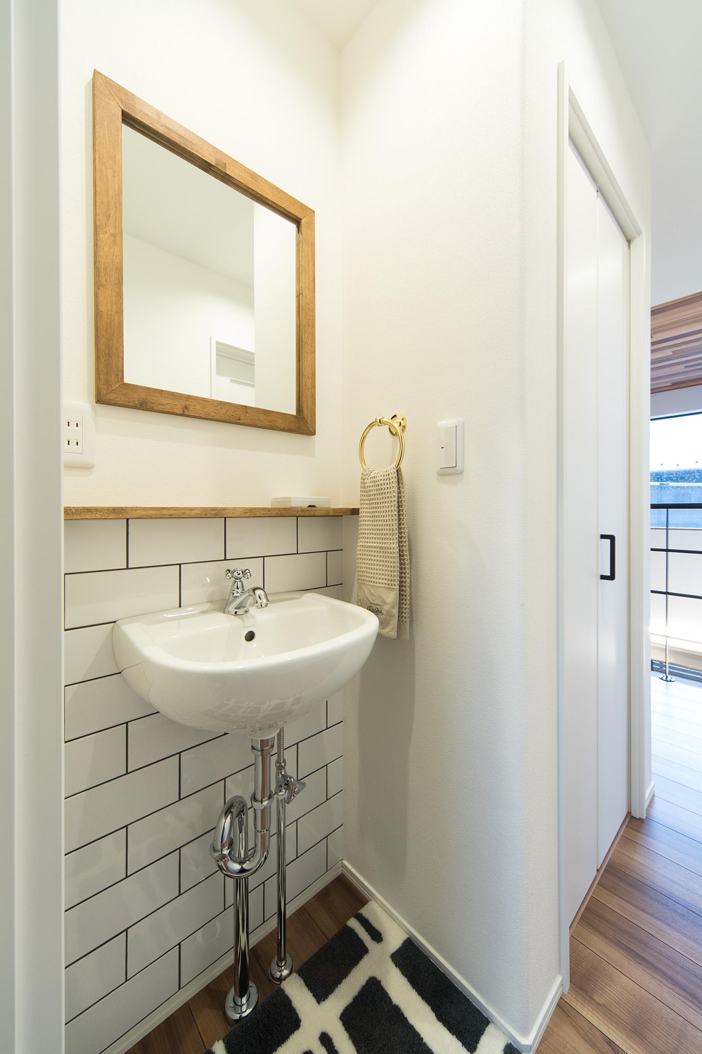 MinerBaseStudio/ミネルベーススタジオ【デザイン住宅、輸入住宅、趣味】洗面の鏡にはMinerBaseオリジナルの木製フレームを使用