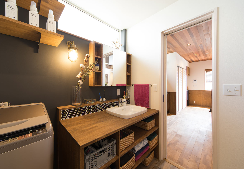 MinerBaseStudio/ミネルベーススタジオ【デザイン住宅、子育て、インテリア】造作の洗面台は敢えて扉を取り付けず、収納が見えるのもデザインの一部に