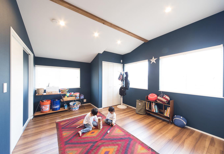 MinerBaseStudio/ミネルベーススタジオ【デザイン住宅、子育て、インテリア】ディープブルーの壁紙が印象的な子供部屋。将来的には2部屋に分ける事も可能だ