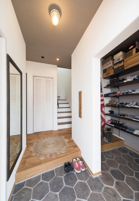 MinerBaseStudio/ミネルベーススタジオ【デザイン住宅、子育て、インテリア】ヘキサタイルとホワイトの壁が印象的な玄関。シューズクロークも隠すことでシンプルな空間に