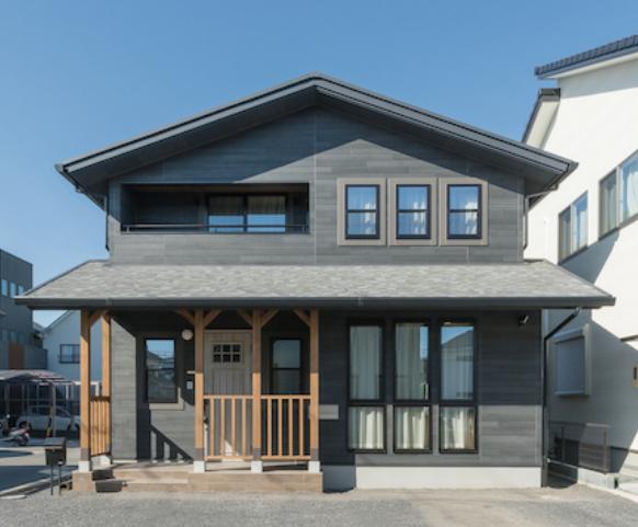 TDホーム静岡西 ウエストンホームズ【デザイン住宅、子育て、自然素材】外観には安心感とモダンさが溶けあう。カバードポーチは優先度が高かった要望の1つ。無垢が外観のアクセントに