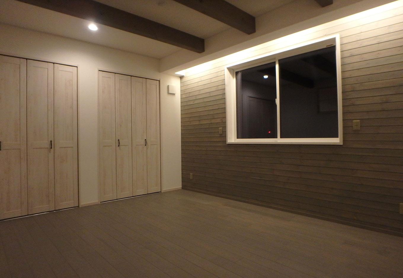 グレーを基調とした寝室はオスモカラーという体に優しい塗料を使用。アンティーク調のクローゼットと調和し北欧の雰囲気を感じさせる空間に
