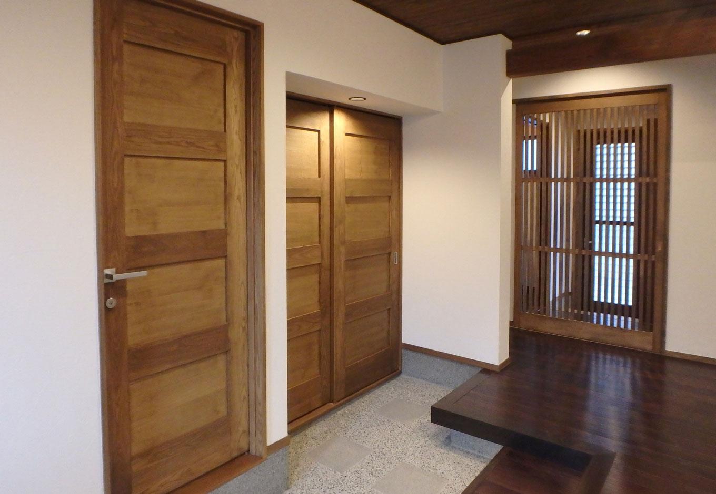 TDホーム静岡西 ウエストンホームズ【和風、二世帯住宅、自然素材】息子夫婦の玄関。祖母・父・母・娘の住む空間と扉ひとつで繋がっている。大きな玄関収納があり、使い勝手も良い