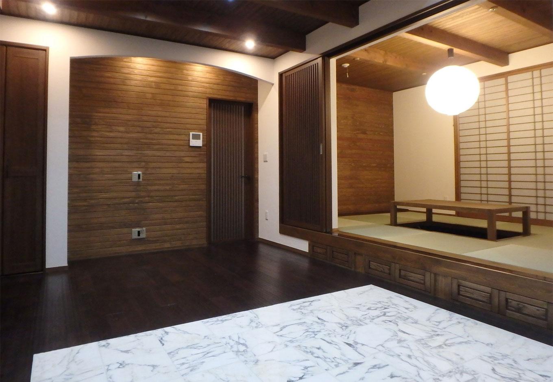 TDホーム静岡西 ウエストンホームズ【和風、二世帯住宅、自然素材】広々とした1階ダイニングスペースの足元には御影石(みかげいし)を使用し、床暖房を採用。リビングにはヒノキの掘りごたつがあり、小上がりを利用した収納スペースで無駄の無い空間に