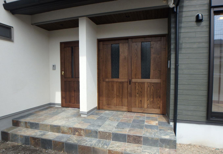 TDホーム静岡西 ウエストンホームズ【和風、二世帯住宅、自然素材】完全分離型の玄関には天然石の錆石(さびいし)を使用。『TDホーム』オリジナル商材なのでコストパフォーマンスも良い