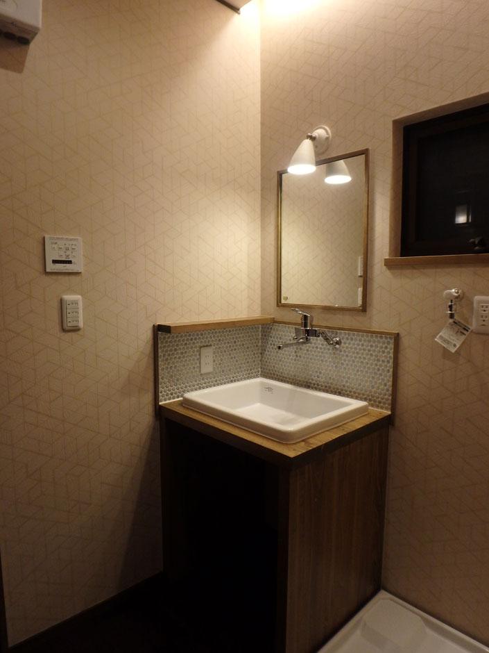 TDホーム静岡西 ウエストンホームズ【和風、自然素材、省エネ】タイルが印象的な造作洗面台。モザイクタイルで個性を出しつつも、物件全体のテイストを踏襲し落ち着いた印象にしている