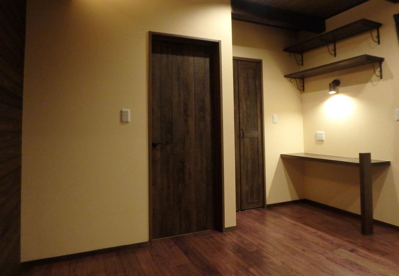 TDホーム静岡西 ウエストンホームズ【和風、自然素材、省エネ】寝室の一角にはご主人の書斎スペースとしてカウンターを造作。落ち着けるワークスペースとして重宝しそう