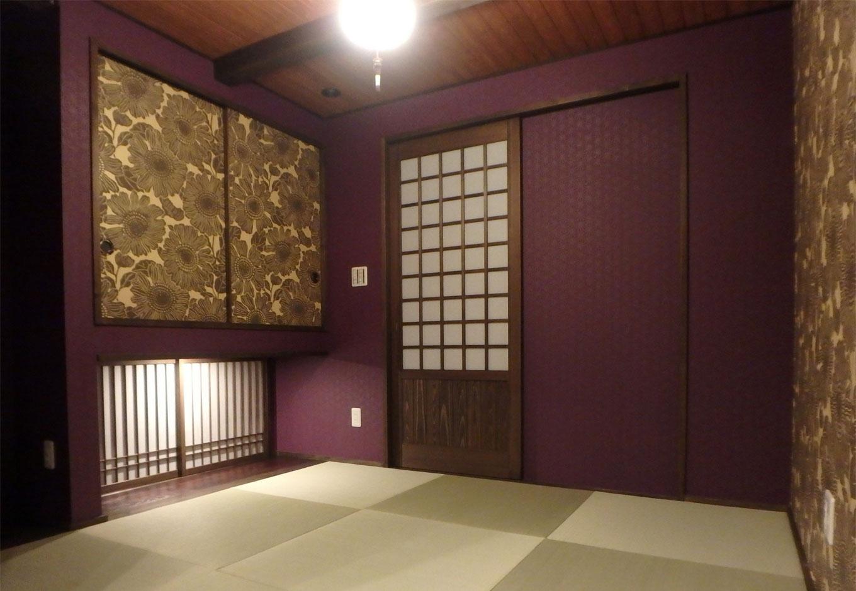 TDホーム静岡西 ウエストンホームズ【和風、自然素材、省エネ】玄関直通のモダンな和室は急な来客にも対応できる。紫色の壁紙が古都のような風情を出し、壁紙の向日葵(ヒマワリ)柄がアクセントを効かせている