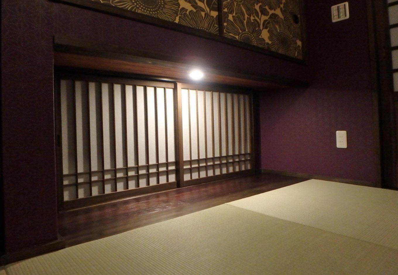 TDホーム静岡西 ウエストンホームズ【和風、自然素材、省エネ】明かりに照らされた木製障子の地窓はダークな印象の和室に光を与え、広がり感をもたらす