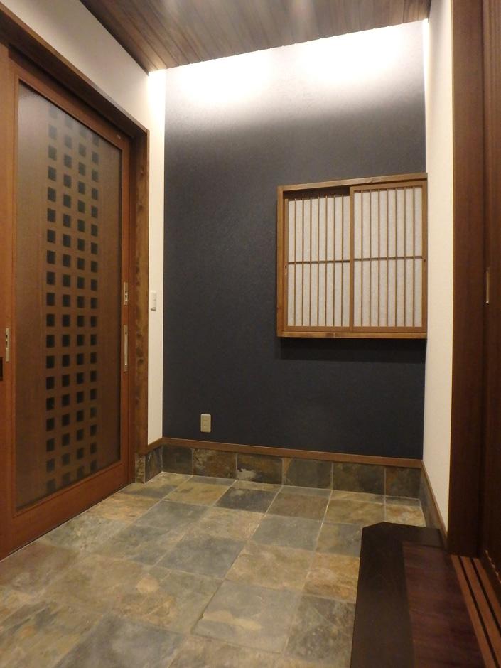 天然石を敷き詰めた玄関ホールは間接照明を使い、和の雰囲気に