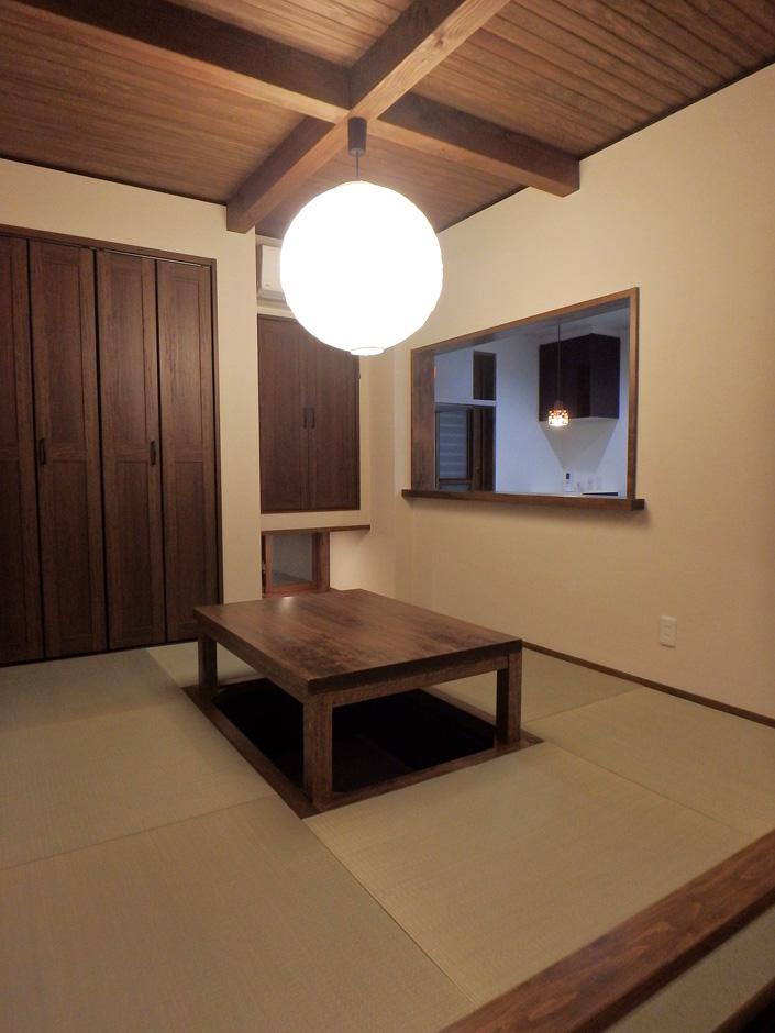 小上がりの畳コーナーは大きな照明と掘りごたつで快適な空間となっている
