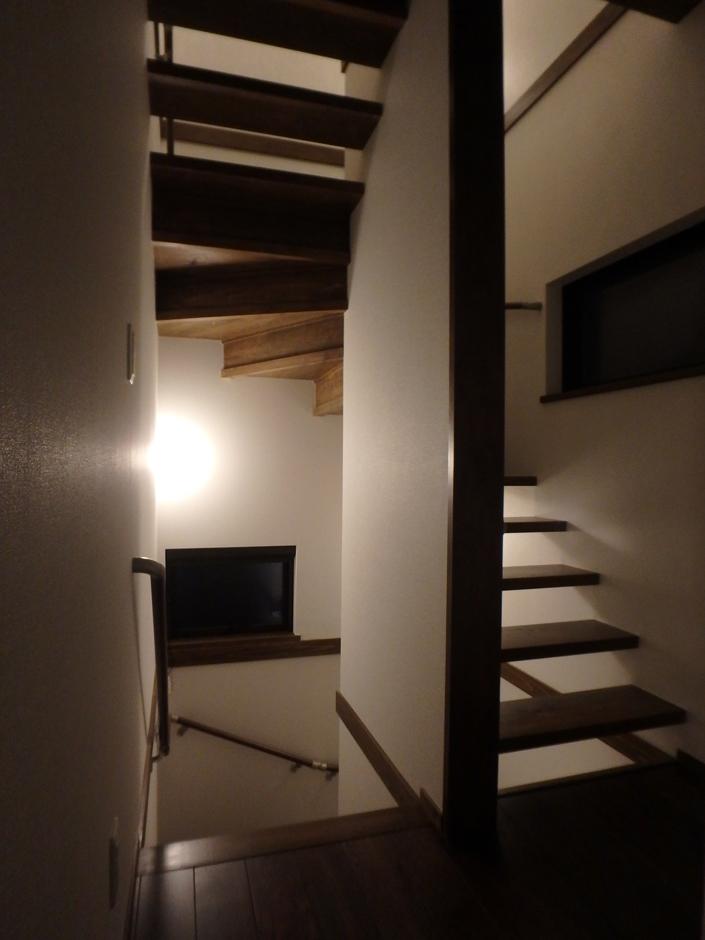 階段はスケルトン階段を螺旋状に。照明の光が階段全体にこぼれる