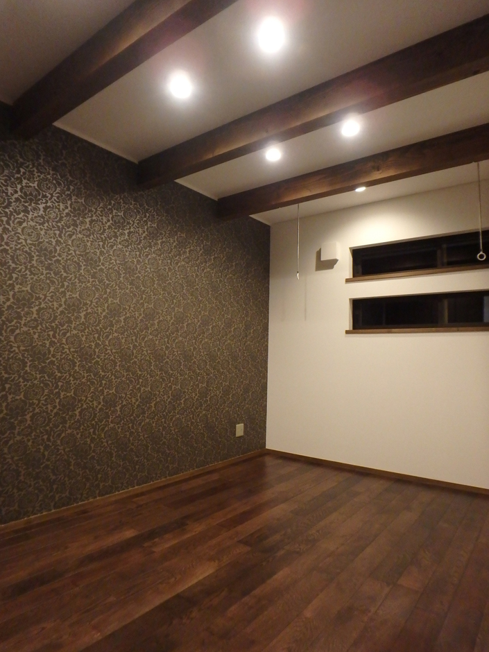 寝室には落ち着いた色合いの壁紙を。外からの視線を通しすぎず、かつ光を取り込む窓は寝室にはうってつけだ