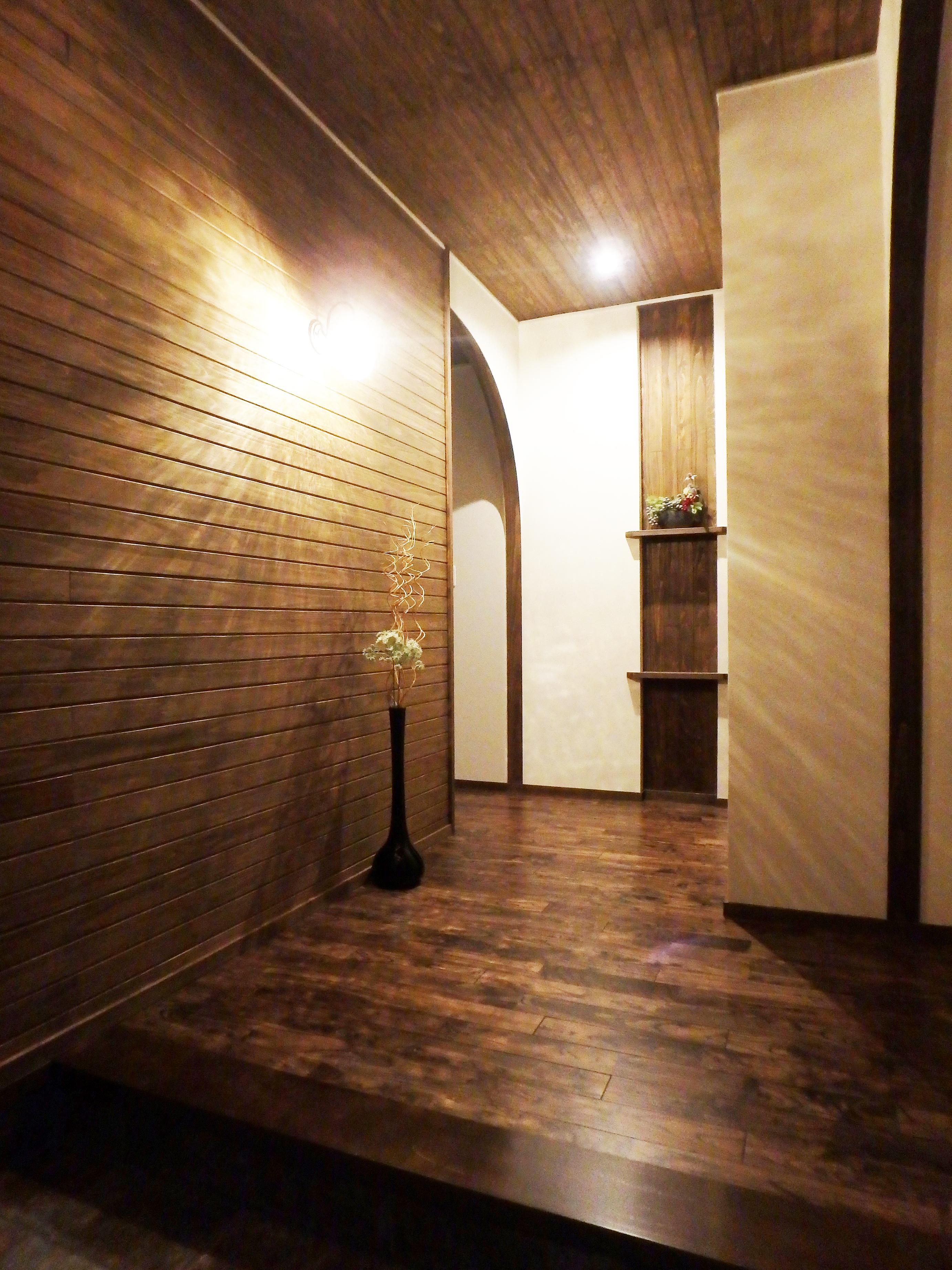 TDホーム静岡西 ウエストンホームズ【デザイン住宅、自然素材、平屋】玄関を照らす照明にはうっすらと影が。照明にもこだわり光と影の競演を楽しむことができている