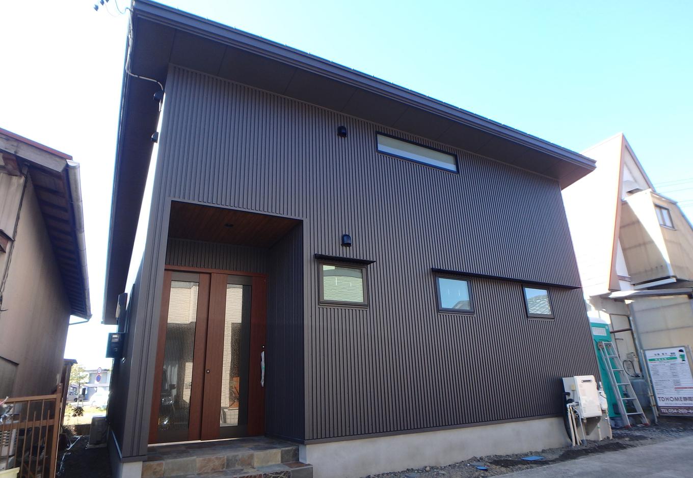 TDホーム静岡西 ウエストンホームズ【デザイン住宅、自然素材、平屋】平屋でありながら片流れ屋根上部には+αのスペースが。空間を有効活用した提案は外観からも感じとることができる