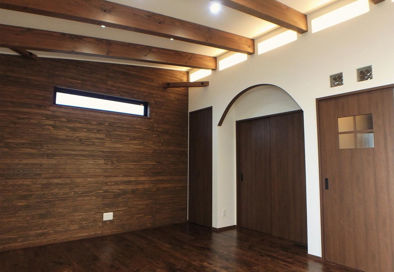 大きな梁、真っ白な壁に光の演出が。照明だけでなく、窓からの採光などにも注目したい