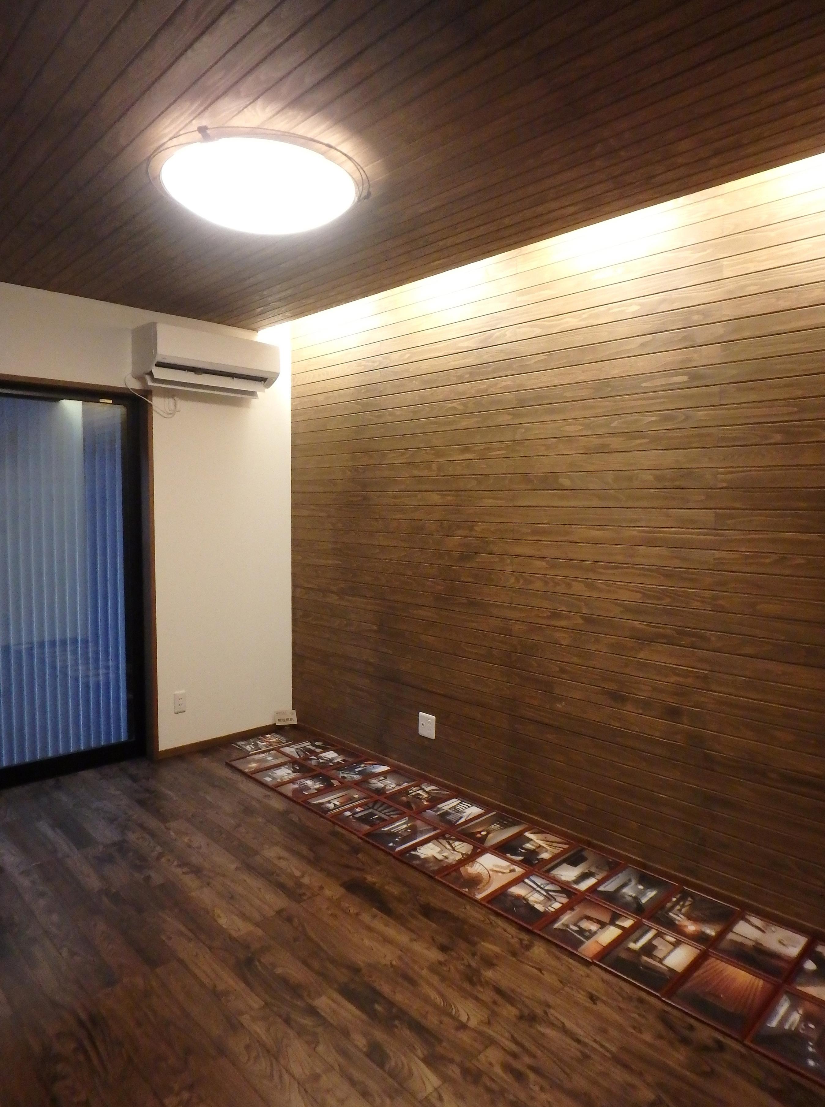 TDホーム静岡西 ウエストンホームズ【デザイン住宅、自然素材、平屋】寝室には大胆な間接照明を設置。床、壁、天井と自然素材のぬくもりを感じながらゆったりと寛げる